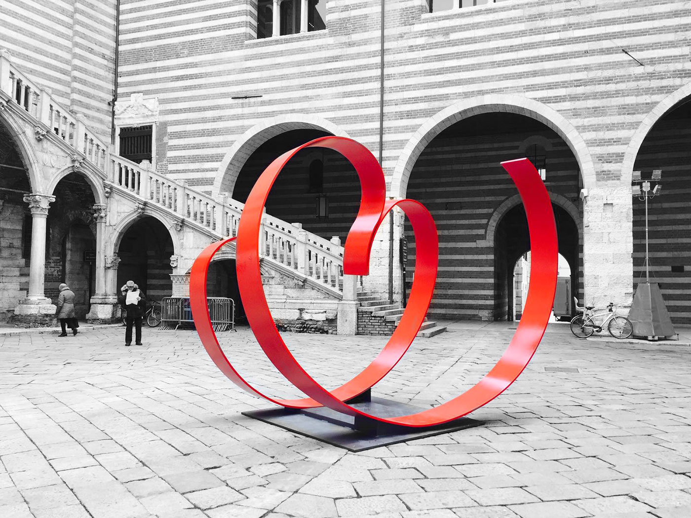 Love me: scultura di piera Legnaghi